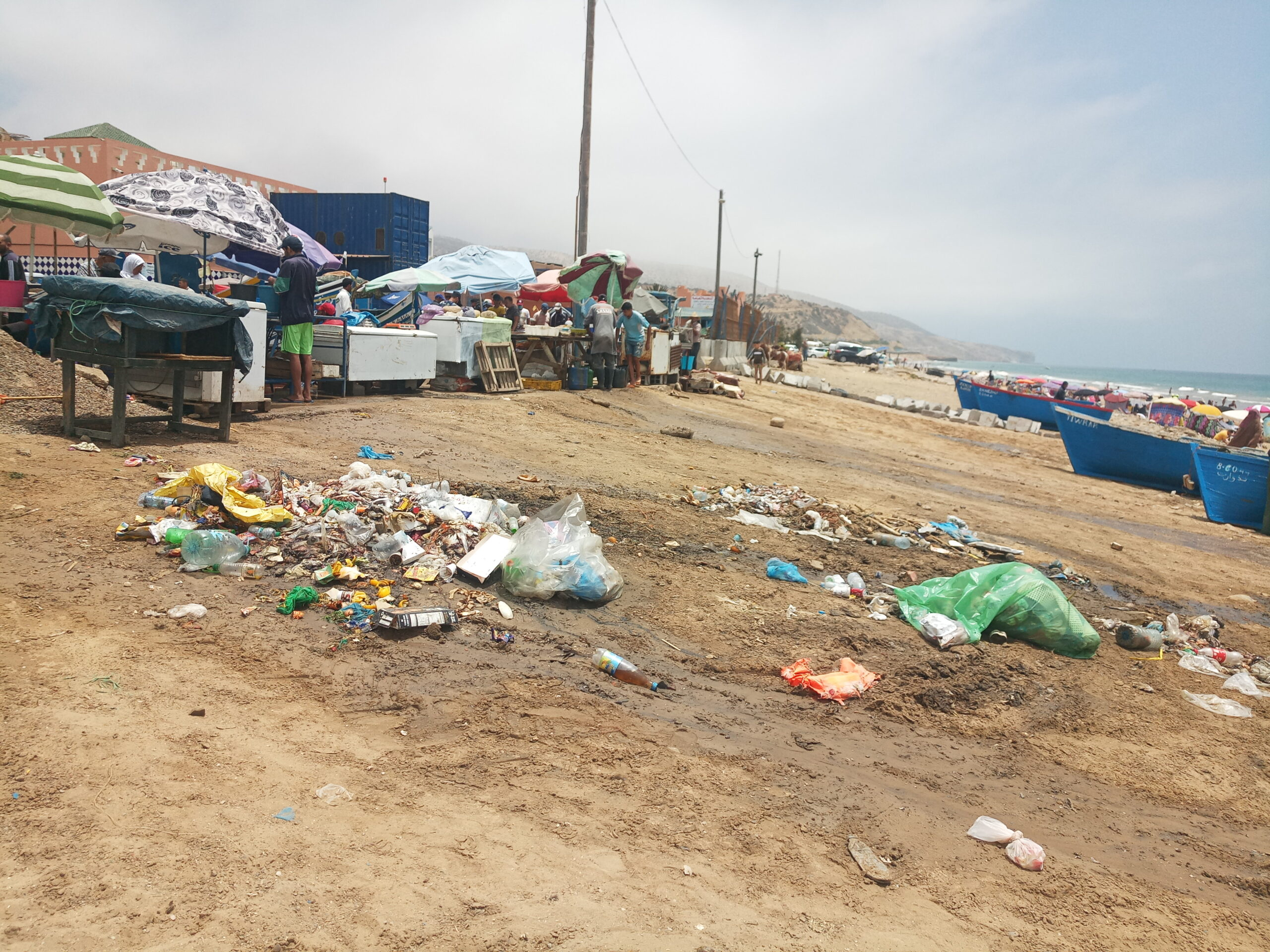 """أكادير : شاطئ إيمي ودار يتحول لنقطة سوداء وسط مطالب للمسؤولين بالتدخل العاجل +""""صور"""""""